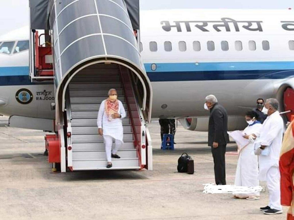 Pic Talk: Modi Lands, Mamata Not Interested!