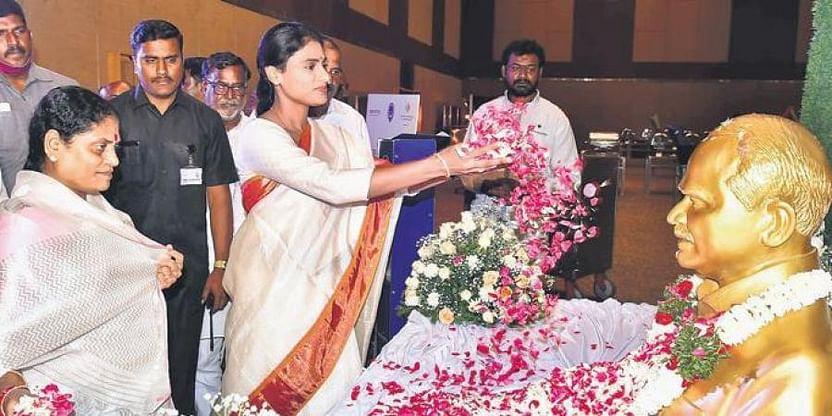 Telangana Congress leader Komatireddy under fire for attending YSRTP meet